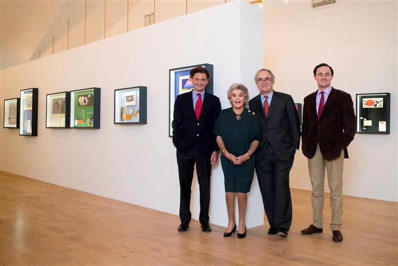 A família Rothschild, com a Baronesa Phillipine ao centro, ladeada por seus filhos Philippe e Julien, na nova galeria de arte do Château Mouton-Rothschild, em Pauillac