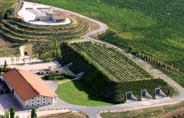 Impressionante vista aérea das Bodegas Valduero, com a entrada dos três túneis à direita