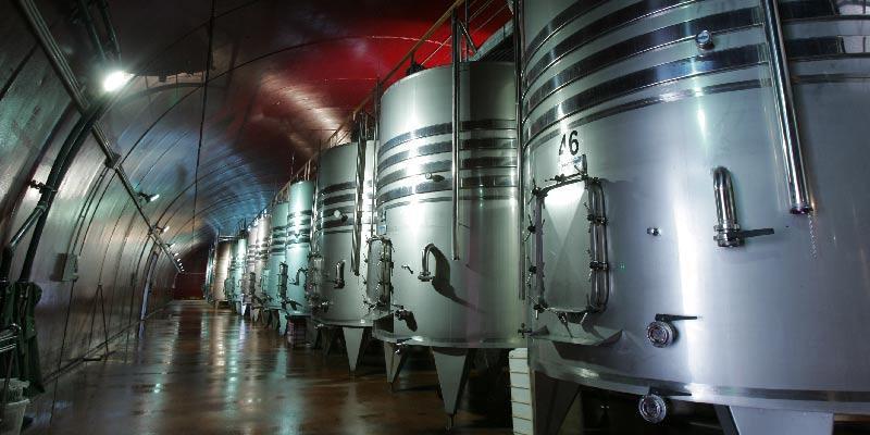 Túnel de elaboração, com os tanques de elaboração