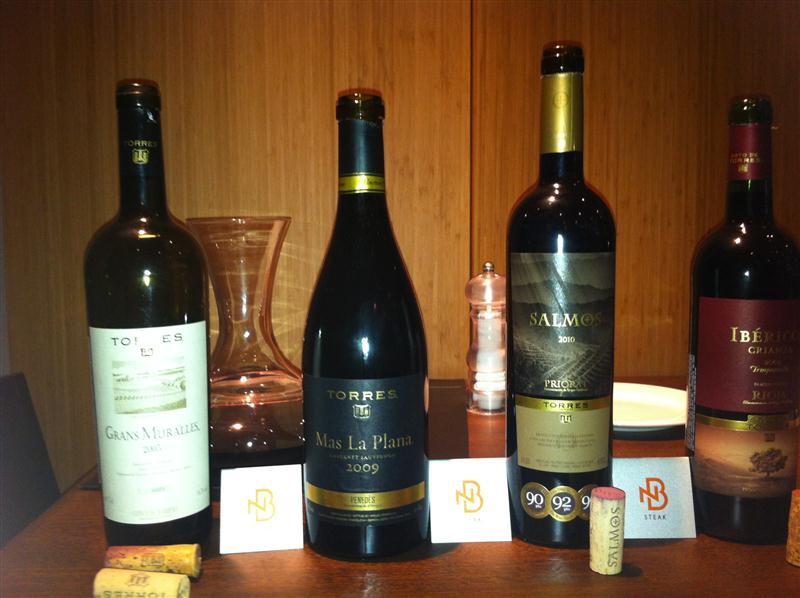 Vinhos da Miguel Torres, perfilados e aguardando a degustação, na NB Steak House