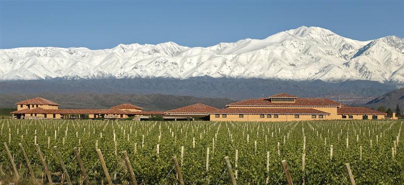 Finca Decero, vinícola-boutique, situada no coração de Agrelo e tendo como cenário os deslumbrantes Andes