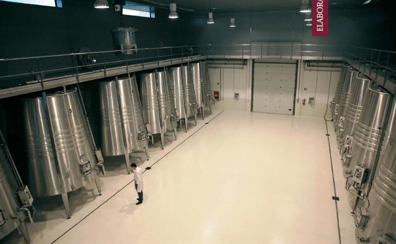 Modernos tanques de aço inoxidável, com controle de temperatura e formato tronco-cônico, usados para fermentar os vinhos nas Bodegas Tobelos