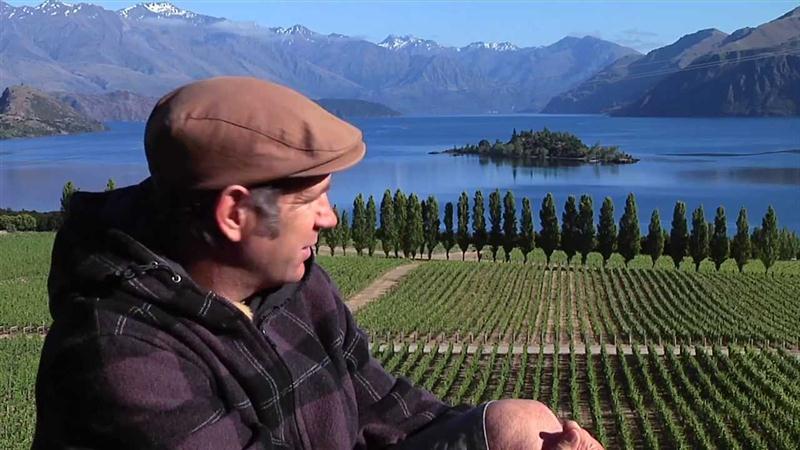 Nick Mills, em frente ao cinematográfico vinhedo da Rippon, em Central Otago