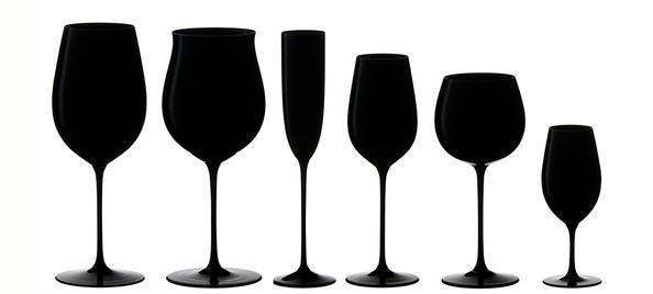 Taças negras da Riedel, de diversos formatos e tamanhos