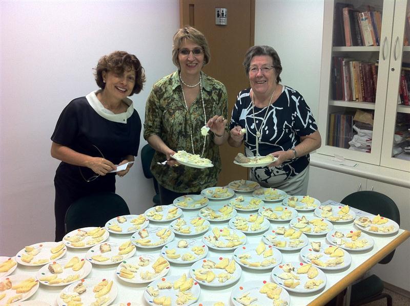 Francisca (Chica) Alves, Sônia Azevedo e a querida D. Claire, responsáveis pela montagem dos pratos de queijos, nos bastidores da ABS-SP