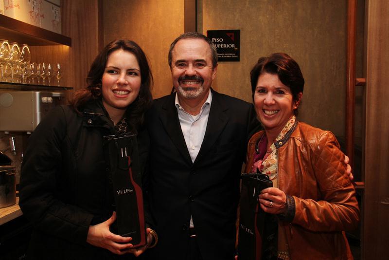Sidnei Brandão e as ganhadoras dos prêmios da Ville du Vin. À direita, Adriana Salles.