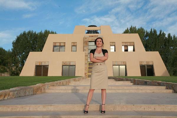 Laura Catena, em frente à famosa pirâmide, símbolo inconfundível da vinícola de sua família