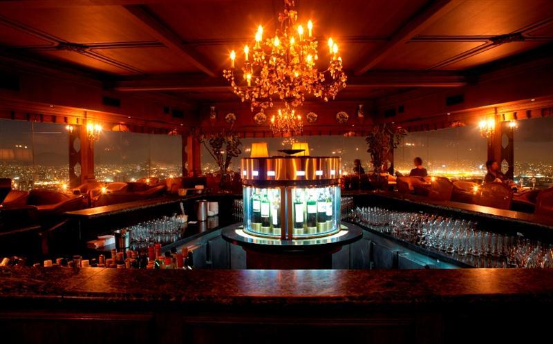 O Piano Bar do Terraço Itália, um dos mais acolhedores ambientes de São Paulo, e sua nova estrela, a Enomatic Elite (foto Johnny Mazzilli)