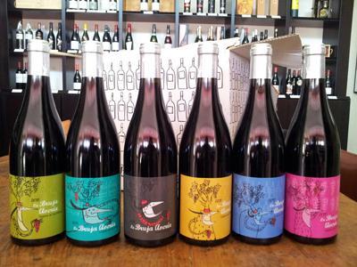 La Bruja Avería, um dos vinhos das Bodegas Comando G, garnacha em pureza, apresentado em seis rótulos diferentes, para brincar com o consumidor